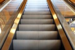 Escalera móvil al floorin siguiente la alameda de la ciudad Imágenes de archivo libres de regalías
