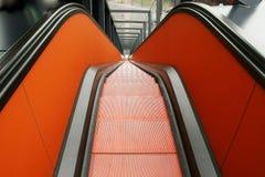 Escalera móvil anaranjada Fotos de archivo libres de regalías