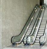 Escalera móvil, arriba y abajo de las escaleras móviles en el edificio público Fotografía de archivo
