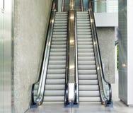Escalera móvil, arriba y abajo de las escaleras móviles en el edificio público Imagen de archivo