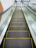 Escalera móvil, arriba y abajo de las escaleras móviles en el edificio público Fotografía de archivo libre de regalías