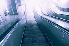 Escalera móvil, arriba y abajo de las escaleras móviles en el edificio público o el subterráneo Imagen de archivo libre de regalías