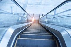 Escalera móvil ascendente en área de transporte Imagen de archivo