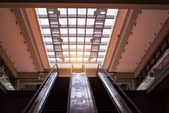 escalera móvil ascendente en un transporte público Fotos de archivo