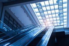 escalera móvil ascendente en un transporte público Imagen de archivo libre de regalías