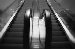 Escalera móvil B&W en alameda de compras de Kronen en Dinamarca Foto de archivo