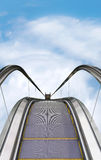 Escalera móvil con el fondo del cielo azul Fotos de archivo
