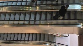 Escalera móvil con la gente que corre hacia arriba y hacia abajo Escaleras modernas de la escalera móvil, que mueve interior Esca almacen de metraje de vídeo