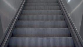 Escalera móvil de elevación del peatón de la escalera del transportador almacen de metraje de vídeo