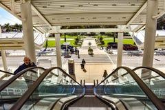 Escalera móvil de la toma del hombre en la entrada principal de Orlando Convention Center en el área internacional de la impulsió fotos de archivo