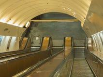 Escalera móvil de Praga en escalera móvil del metro del subterráneo Imagenes de archivo