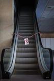 Escalera móvil de trabajo en el edificio de oficinas Fotos de archivo