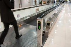 Escalera móvil del aeropuerto Imagenes de archivo