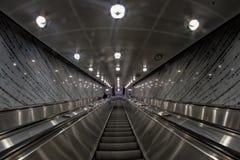 Escalera móvil del aeropuerto que va abajo Foto de archivo libre de regalías