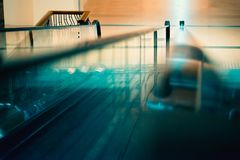 Escalera móvil del centro comercial Imagenes de archivo