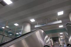 Escalera móvil del metal dentro de una estación en Estambul Turquía Fotos de archivo