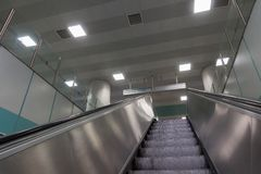 Escalera móvil del metal dentro de una estación en Estambul Turquía Imagen de archivo
