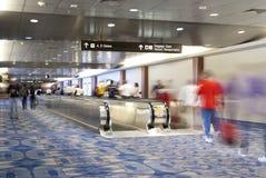 Escalera móvil del motor de la gente del aeropuerto Foto de archivo libre de regalías