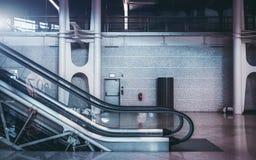 Escalera móvil dentro del aeropuerto o de la alameda de compras Fotografía de archivo
