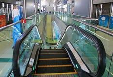 Escalera móvil Dubai, United Arab Emirates de la estación de metro 7 de abril, 20 Imagen de archivo libre de regalías