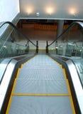 Escalera móvil en aeropuerto Imagenes de archivo