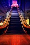 Escalera móvil en alameda, centro comercial o el departamento de la comunidad del metro Foto de archivo libre de regalías
