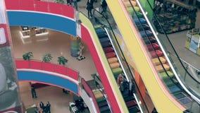 Escalera móvil en alameda de compras Muchedumbres de gente en la escalera móvil Timelapse metrajes