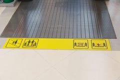 Escalera móvil en alameda de compras Mudanza arriba y abajo de escalera Imágenes de archivo libres de regalías