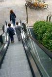 Escalera móvil en bicicletas del público de Milan Italy Fotos de archivo libres de regalías