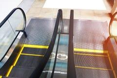 Escalera móvil en centro comercial del pabellón en el cuarto con el vidrio Fotografía de archivo