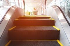 Escalera móvil en centro comercial del pabellón en el cuarto con el vidrio Imágenes de archivo libres de regalías