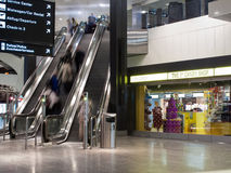 Escalera móvil en el aeropuerto de Zurich fotos de archivo