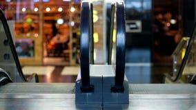 Escalera móvil en el centro comercial metrajes