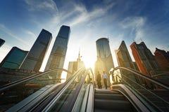 Escalera móvil en el centro financiero del lujiazui de Shangai, China Foto de archivo libre de regalías