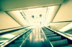 Escalera móvil en el edificio de oficinas moderno Fotografía de archivo libre de regalías