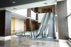 Escalera móvil en el edificio moderno Fotografía de archivo