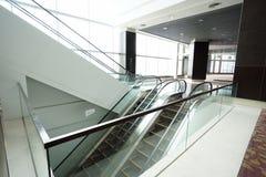 Escalera móvil en el edificio moderno Imagen de archivo
