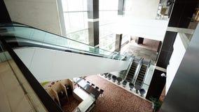 Escalera móvil en el edificio moderno Fotos de archivo libres de regalías
