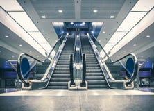 Escalera móvil en el edificio moderno Imágenes de archivo libres de regalías