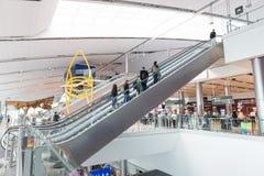 Escalera móvil en el terminal 2 en Dublin Airport Foto de archivo