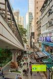 Escalera móvil en Hong Kong - la escalera móvil más larga de los Mediados de-niveles de la central de la calle del mundo foto de archivo