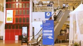 Escalera móvil en IKEA que transporta a clientes al piso superior metrajes
