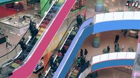 Escalera móvil en interior de la alameda de compras Muchedumbres de gente en la escalera móvil Timelapse almacen de metraje de vídeo