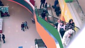 Escalera móvil en interior de la alameda de compras Muchedumbres de gente en la escalera móvil Timelapse almacen de video