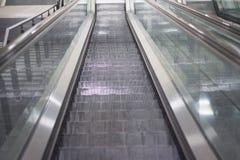 Escalera móvil en la estación de metro que mira abajo Imagen de archivo libre de regalías