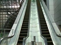 Escalera móvil en la estación de tren de Kyoto Fotografía de archivo libre de regalías