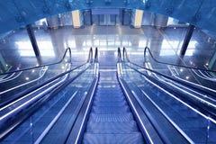 Escalera móvil en nuevo terminal de aeropuerto Foto de archivo libre de regalías
