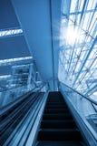 Escalera móvil en terminal de aeropuerto Foto de archivo libre de regalías