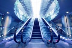 Escalera móvil en terminal de aeropuerto Fotografía de archivo libre de regalías