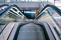 Escalera móvil en un aeropuerto Fotografía de archivo libre de regalías